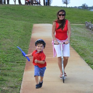 castakite-kite-handle-held-by-kid-running-with-mom
